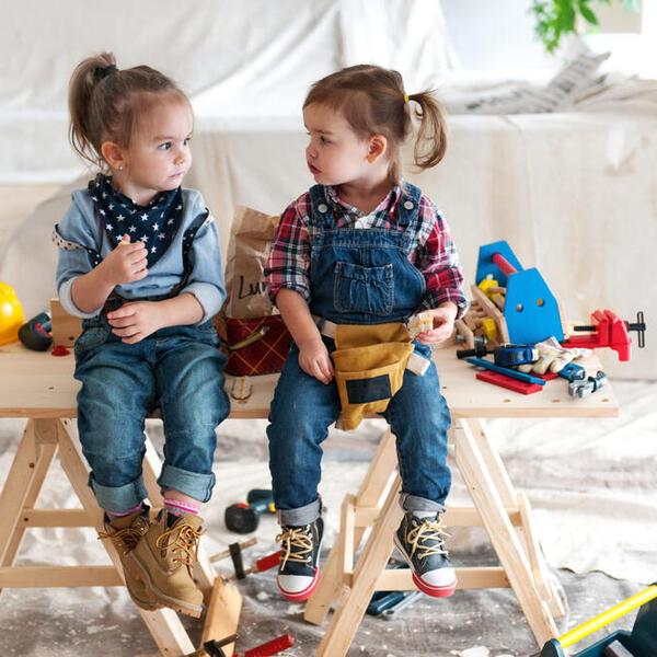Gyerekei egy építkezésen